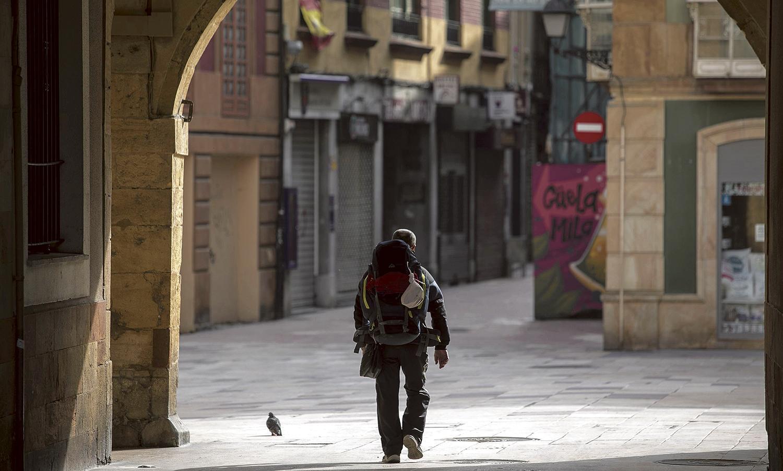Un peregrino sigue el itinerario del Camino Primitivo por el casco histórico de Oviedo